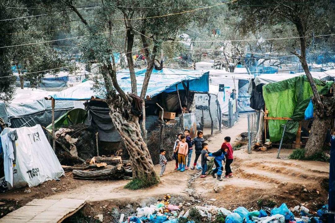 Flüchtlingskinder spielen in einem Camp auf der Insel Lesbos.  | Foto: Alea Horst (dpa)