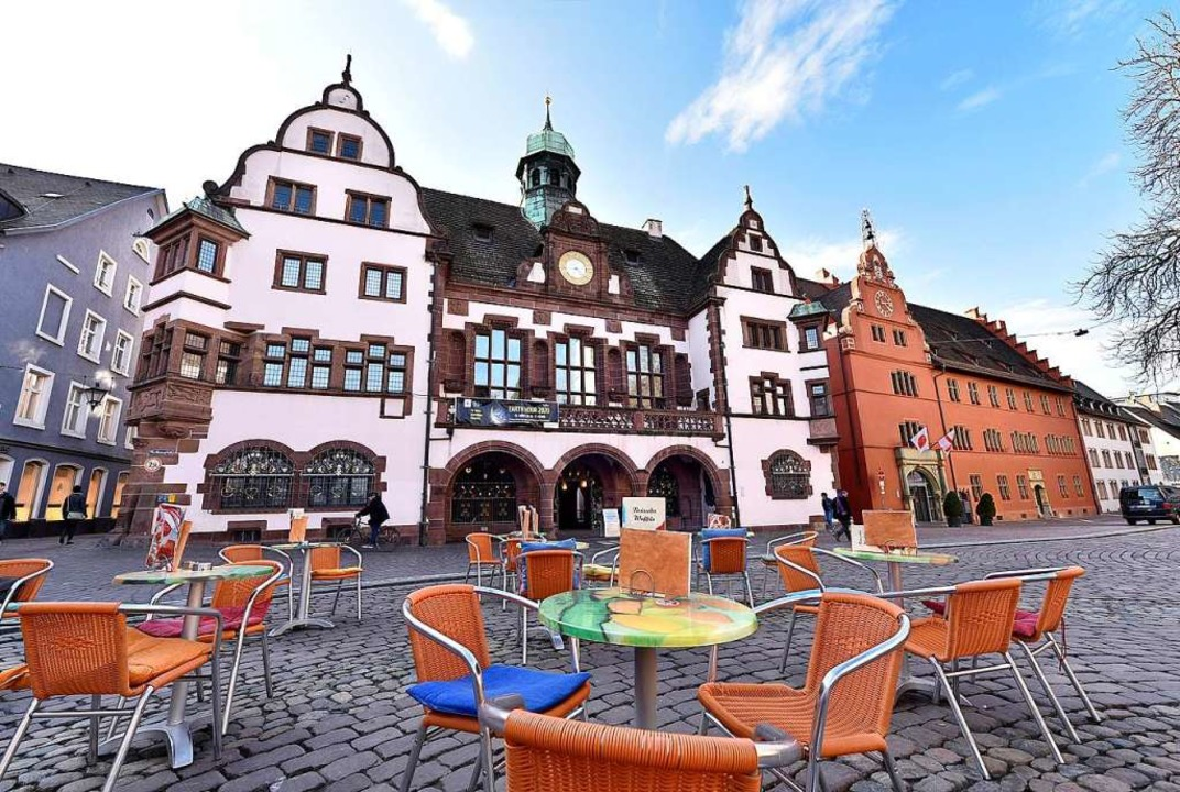 Der leere Freiburger Rathausplatz zeig...fentliche Leben in der Stadt pausiert.  | Foto: Thomas Kunz