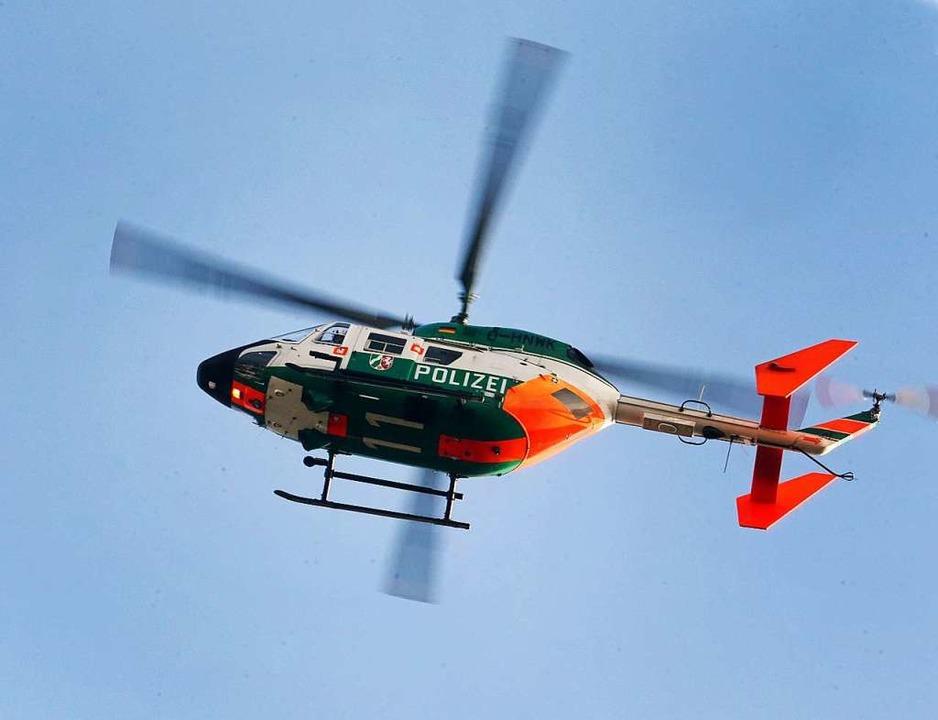 Bei der Polizeiaktion in Ihringen war auch ein Hubschrauber im Einsatz.    Foto: Roland Weihrauch