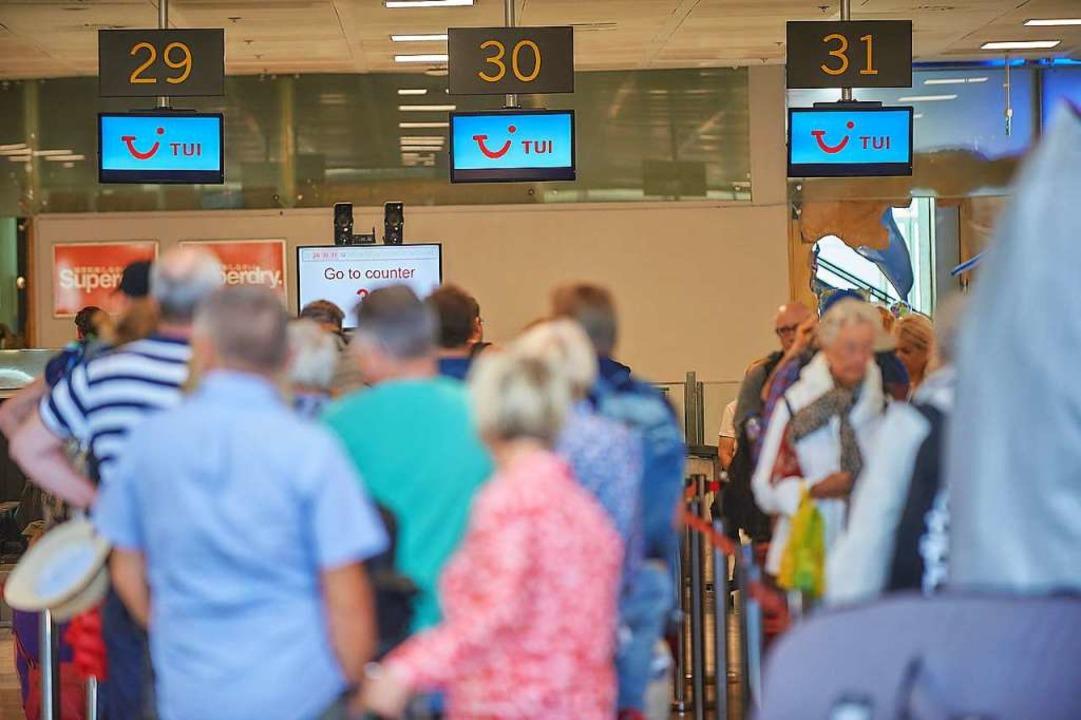 Andrang an Tui-Schaltern am Flughafen ...Touristen nach Deutschland heimgeholt.    Foto: Tony Cuadrado (dpa)