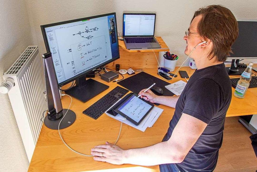 Informatiklehrer Tobias Nopper bereite...aus Aufgaben für die Gymnasiasten vor.  | Foto: Schule