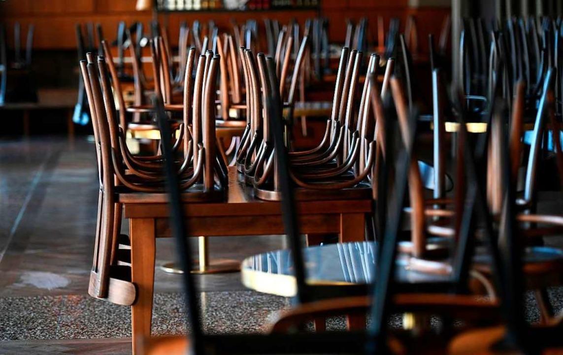 Auch am Kaiserstuhl sind in den meisten Gaststätten die Stühle hochgeklappt.    Foto: INA FASSBENDER (AFP)