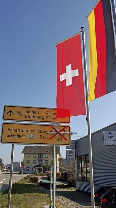Die Fahnen wehen noch, der Weg in die Schweiz ist aber gesperrt.  | Foto: Jutta Binner-Schwarz