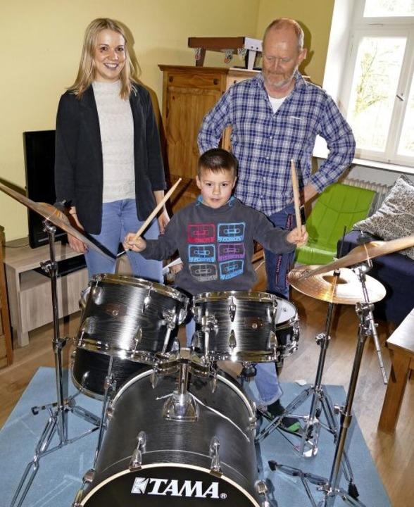 Skarin haut ordentlich aufs Schlagzeug...chte, und sein Erzieher Armin Gißler.   | Foto: Sylvia Sredniawa