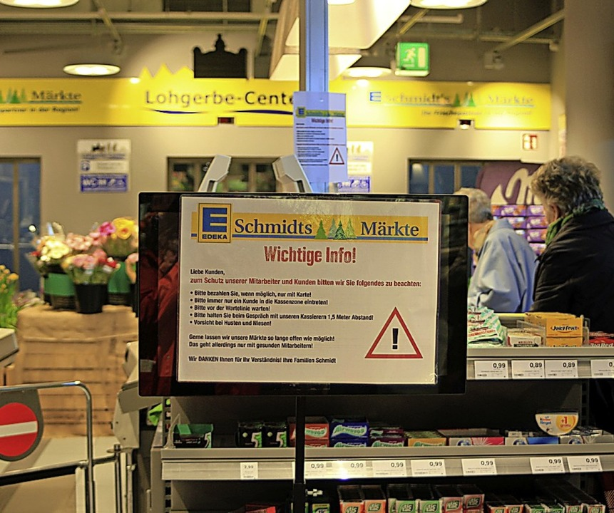 Der Schmidts Markt appelliert, Hygiene...n und möglichst per Karte zu bezahlen.  | Foto: Vanessa Dai