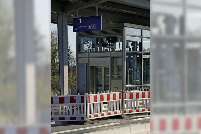 Bahnhof hat einen Aufzug