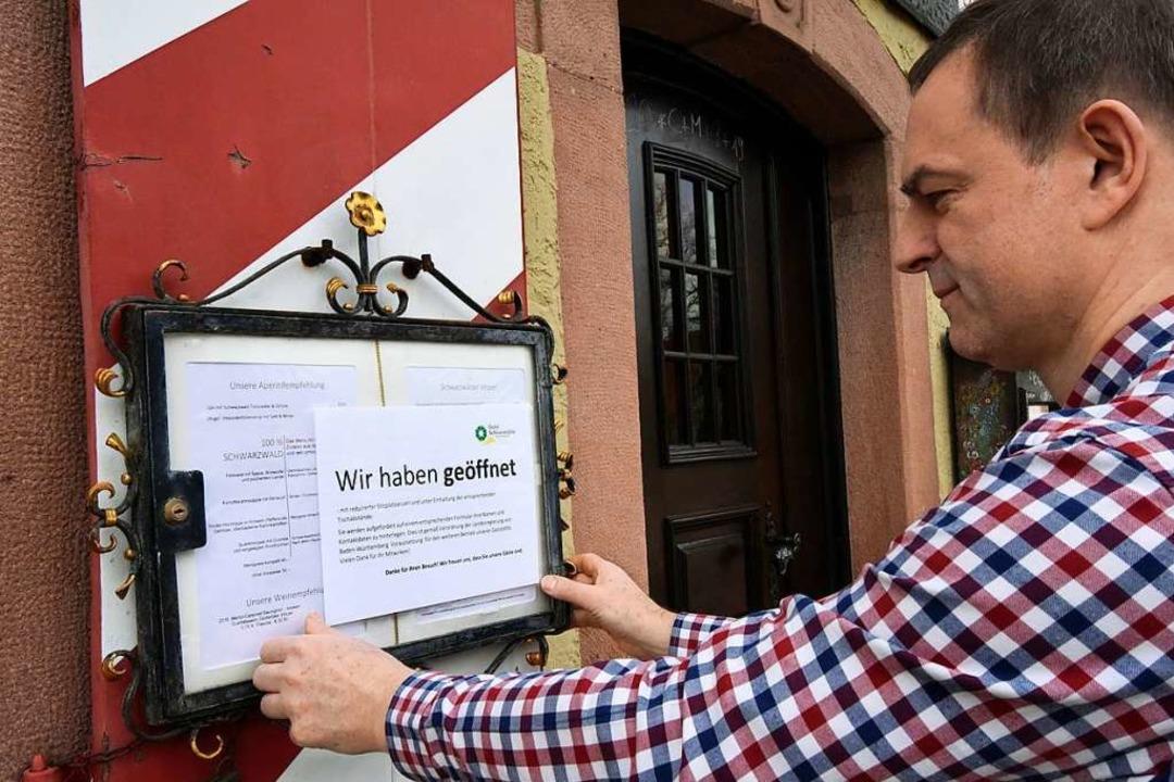 """""""Wir haben geöffnet"""" &#821... der Schlossmühle am Eingang anbringt.    Foto: Markus Zimmermann"""