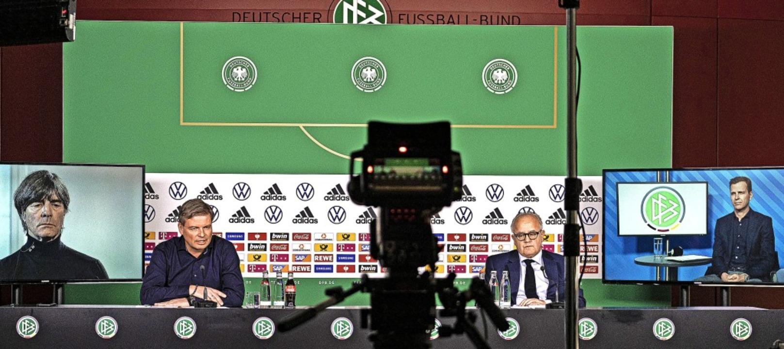 DFB-Medienarbeit in Zeiten von Corona:...ittner (Zweiter von links) moderiert.   | Foto: Thomas Böcker (dpa)