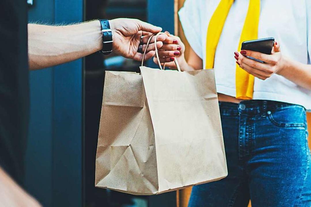Kundinnen und Kunden bestellen via Tel...zelhändler direkt nach Hause gebracht.    Foto: SFIO CRACHO (Adobe Stock)