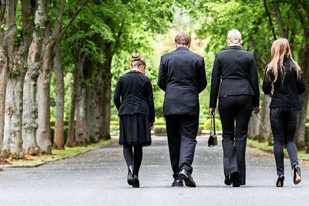 Bei Trauerfeiern sollen Angehörige nur...von ihren Angehörigen Abschied nehmen.  | Foto: Kzenon (stock.adobe.com)