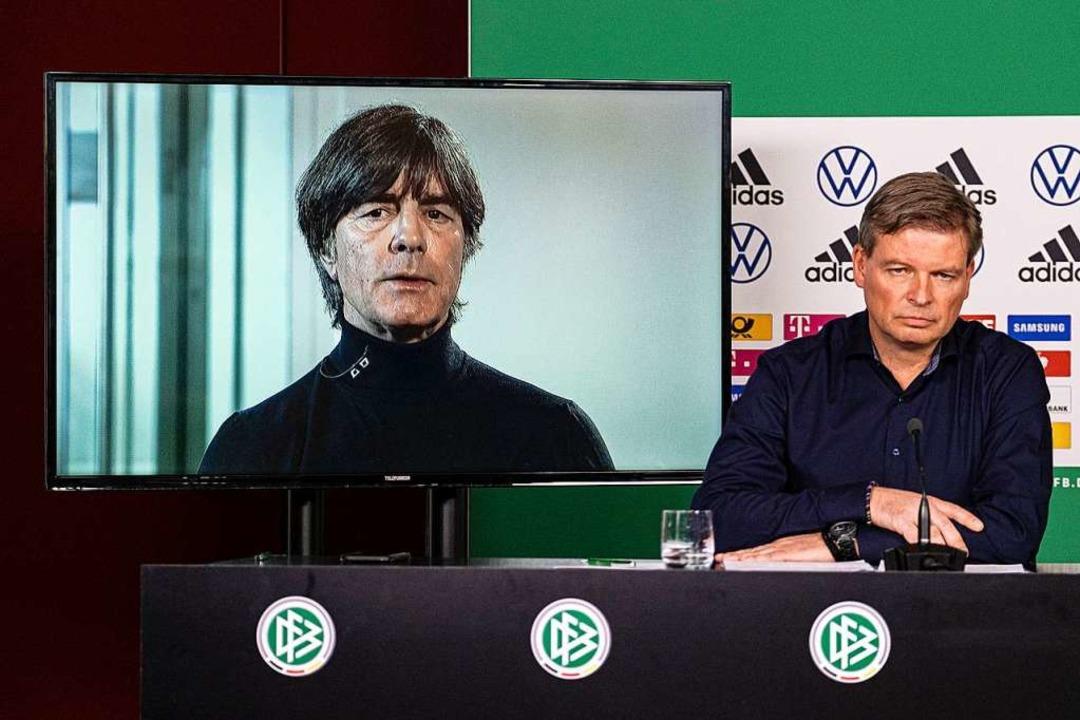 Joachim Löw zeigte sich in einer Schal...ild DFB-Pressesprecher Jens Grittner.   | Foto: Thomas Böcker (dpa)