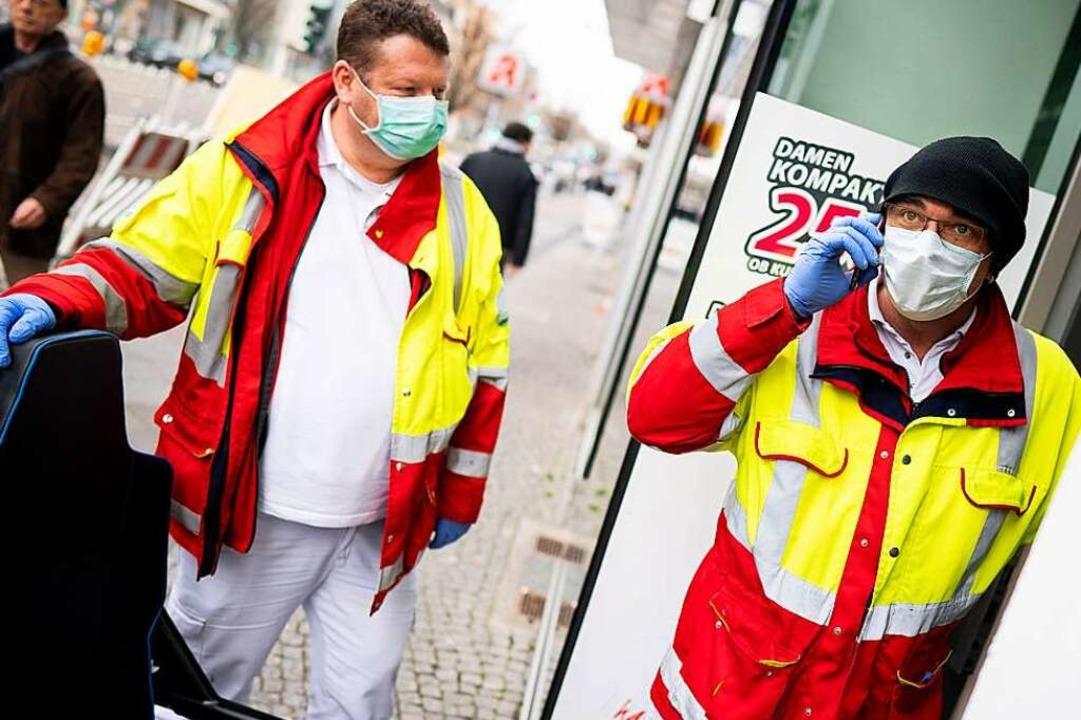 Rettungsdienstler brauchen Schutzkleid...zwei Sanitäter in Berlin (Symbolbild).  | Foto: Kay Nietfeld (dpa)