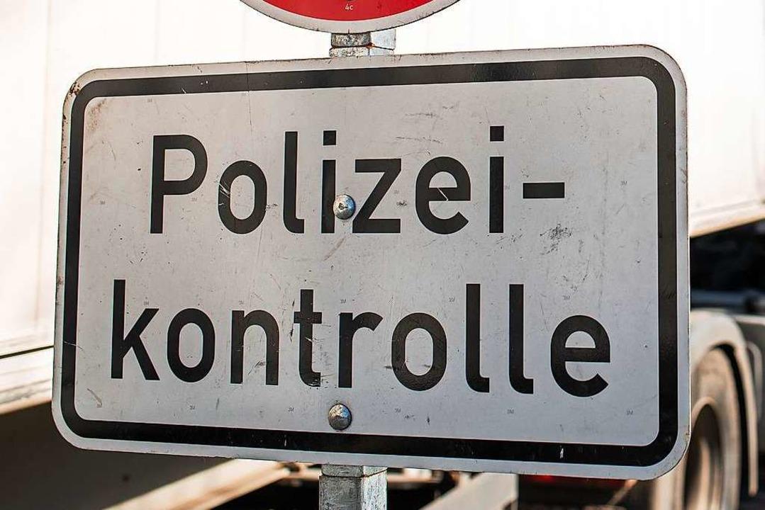 Bei einer Polizeikontrolle wurde ein Mann gewalttätig und wurde festgenommen.  | Foto: Philipp von Ditfurth (dpa)
