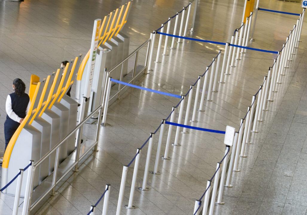 Stillstand an den Flughäfen. Nach der ...Amtes werden Pauschalreisen storniert.  | Foto: Frank Rumpenhorst (dpa)