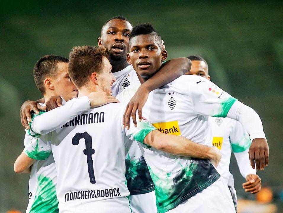 Auch die Spieler von Borussia Möncheng...e auf teile ihres Gehalts verzichten.   | Foto: Roland Weihrauch (dpa)