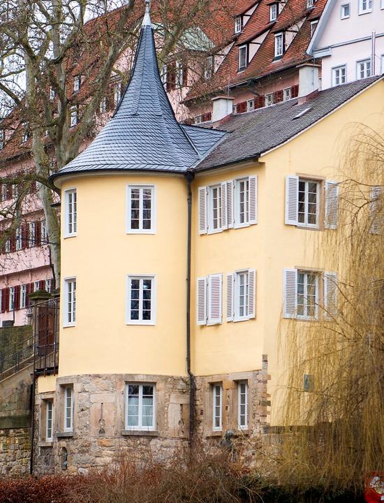 Hier lebte er unauffällig 36 Jahre, di...nes Lebens: Hölderlin-Turm in Tübingen  | Foto: Tom Weller (dpa)