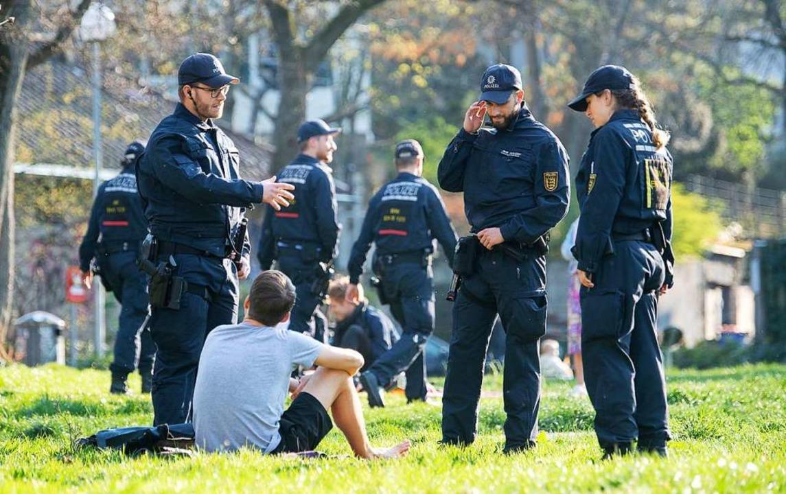 Die Polizei am Donnerstag auf Kontrollgang in Stuttgart  | Foto: Sebastian Gollnow (dpa)