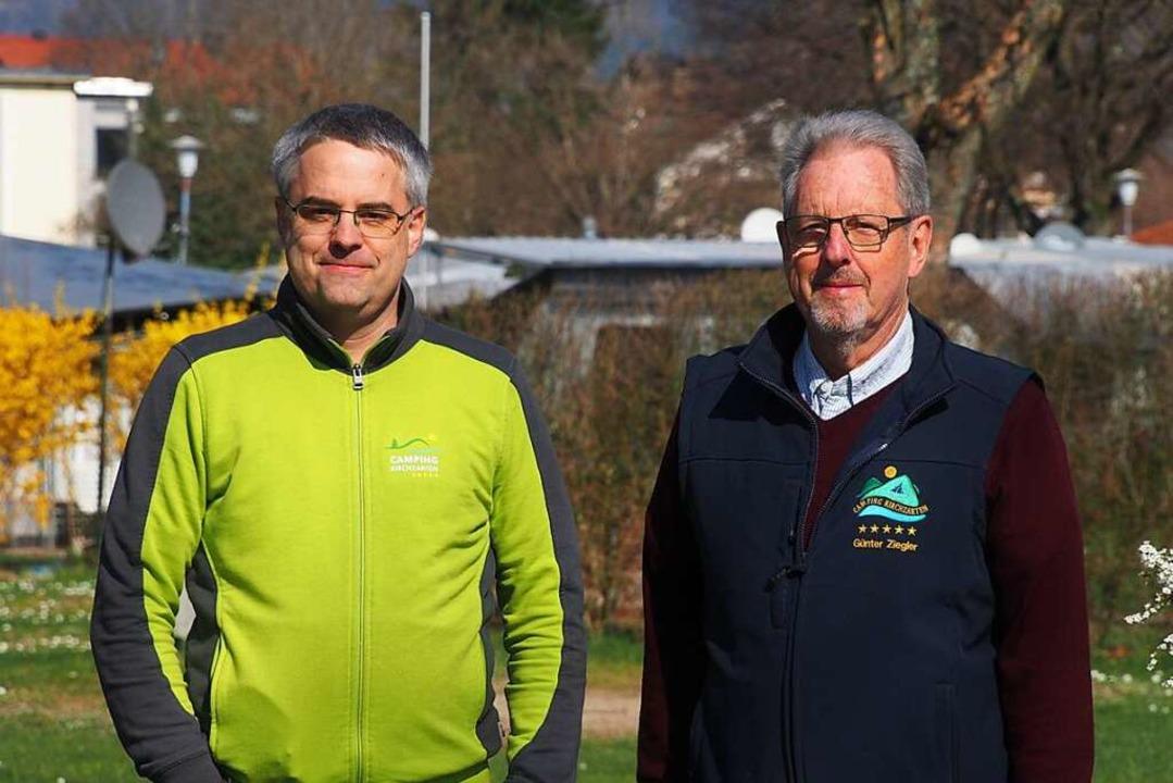 Jens und Günter Ziegler vor leeren Ste...ampingplatz Dreisamtal in Kirchzarten.  | Foto: Markus Donner