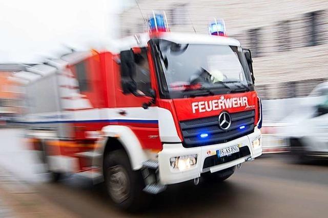 Feuerwehr löscht Garagenbrand in Merdingen