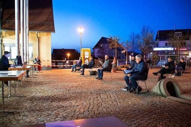 Gemeinderat Ballrechten-Dottingen tagt, statt im Rathaus, im Freien