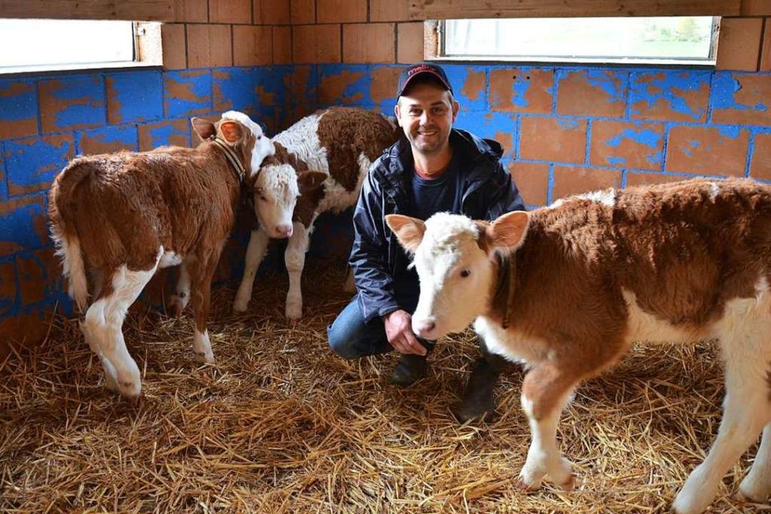 Jonathan Perreten ist ein junger Landwirt, der stolz ist auf seinen Beruf.  | Foto: Ulrike Ott