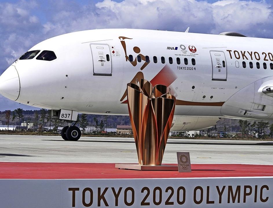 Das olympische Feuer ist in Tokio gela...ächlich stattfinden, ist weiter offen.  | Foto: Eugene Hoshiko (dpa)