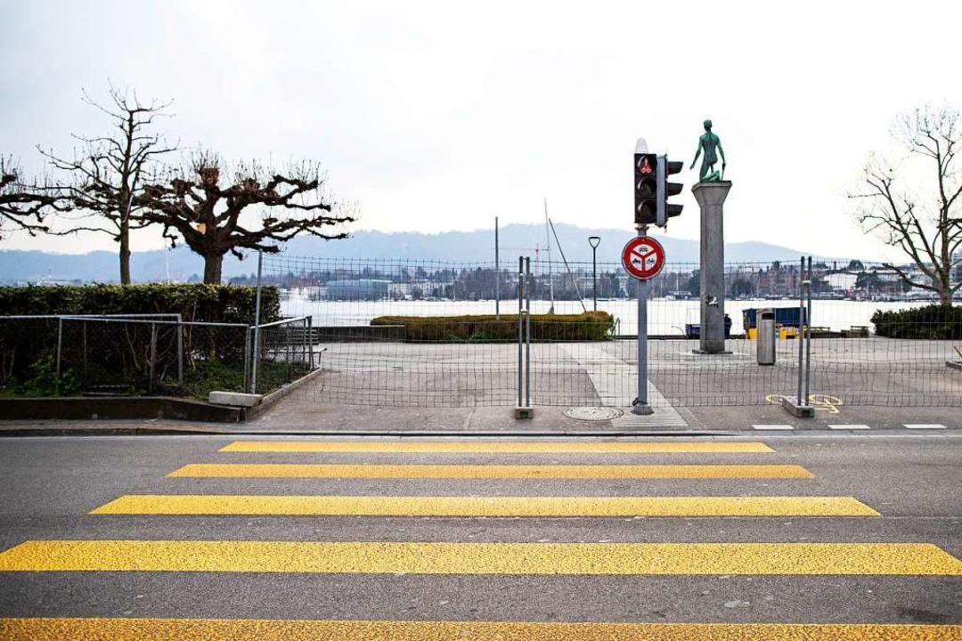 Absperrungen und menschenleere Plätze in der Schweiz  | Foto: Alexandra Wey (dpa)