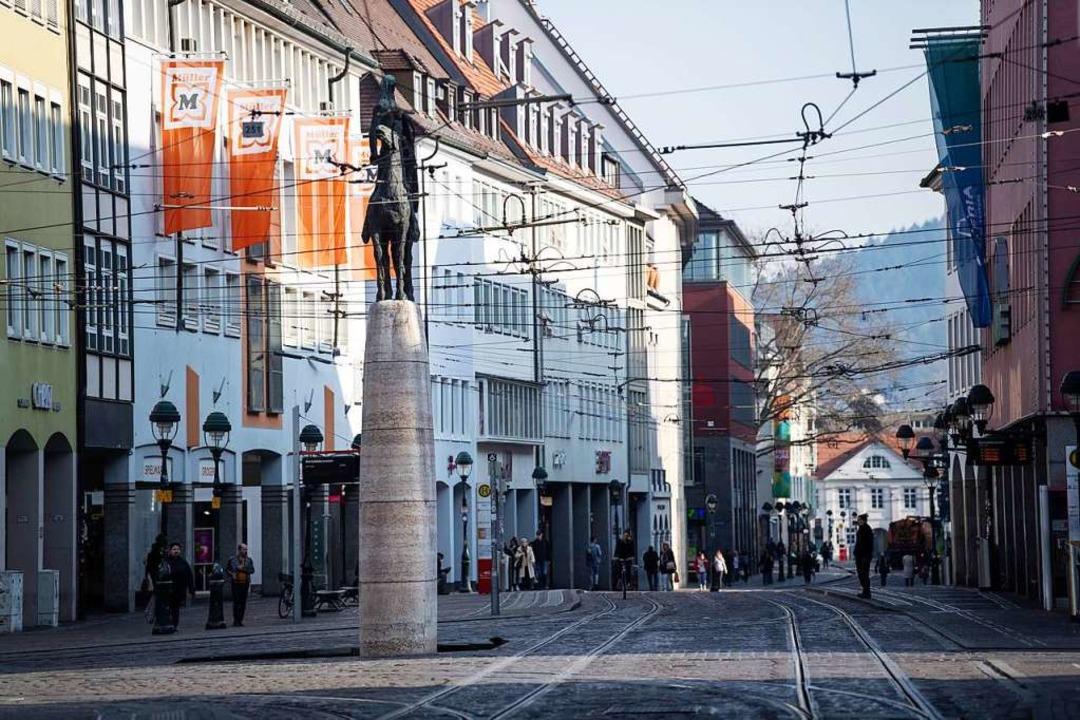 Kaum jemand unterwegs  war am Freitagnachmittag in der Freiburger  Innenstadt.  | Foto: Patrick Seeger (dpa)