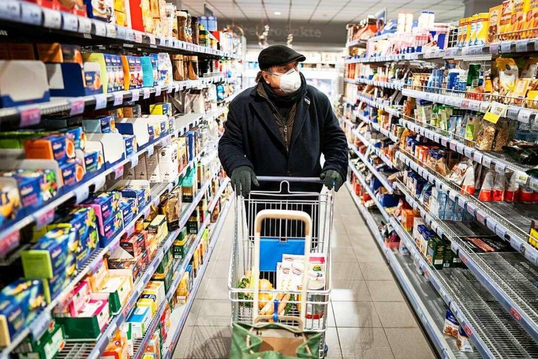 Muss man so einkaufen gehen? Die Antwo...em Personal und Erkrankten überlassen.  | Foto: Kay Nietfeld (dpa)