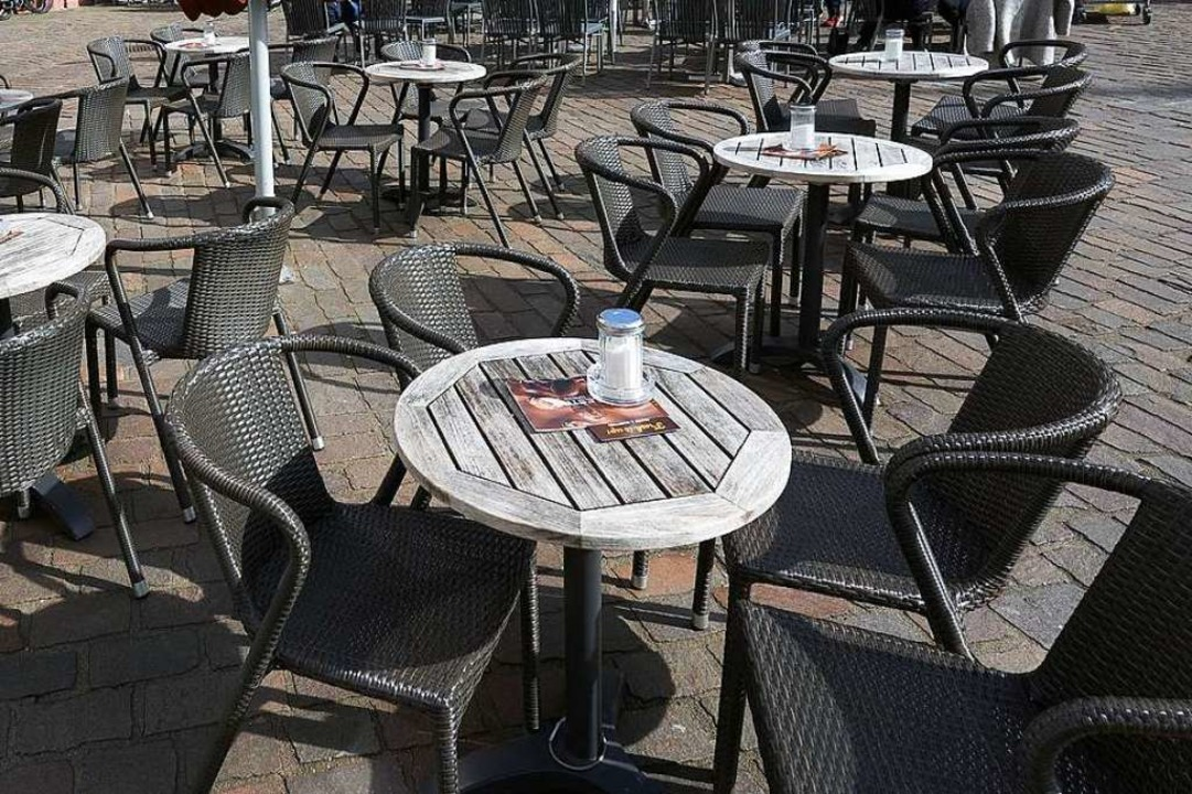 Leere Straßencafés – eine Folge von Corona.  | Foto: Thomas Frey (dpa)