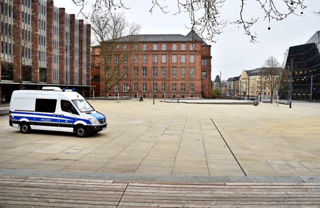 Der Platz der Alten Synagoge liegt am ... verwaist da. Die Polizei ist präsent.    Foto: Thomas Kunz
