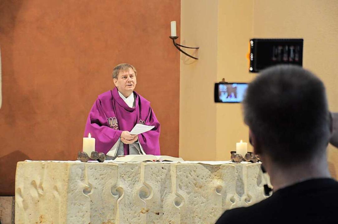 Der katholische Gottesdienst mit Pfarr...pfheim wurde am Freitag aufgezeichnet.  | Foto: Nicolai Kapitz