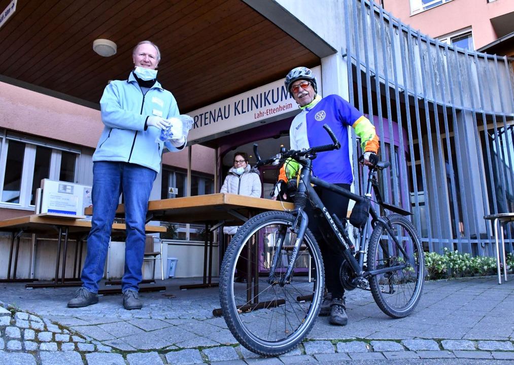 Wilfried Gehard von den Rotariern lief...ftragte Harry Huhn nimmt sie entgegen.    Foto: Wolfgang Künstle
