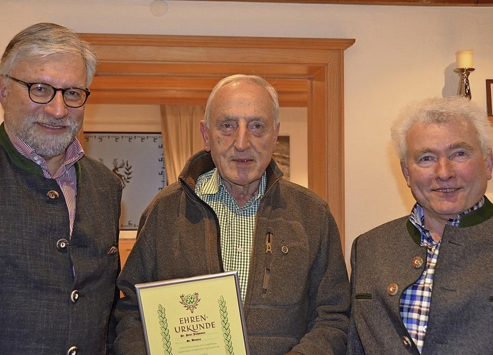 Peter Jochmann (Mitte) wurde von Kreis...liedschaft im Hegering ausgezeichnet.     Foto: Christiane Sahli