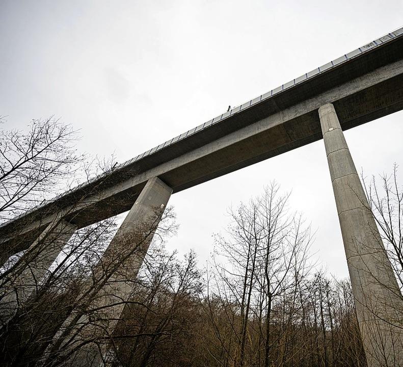 Nahe der Teißtal-Brücke wurden auf  80 Metern die Schienenschrauben entfernt.    Foto: Andreas Arnold (dpa)