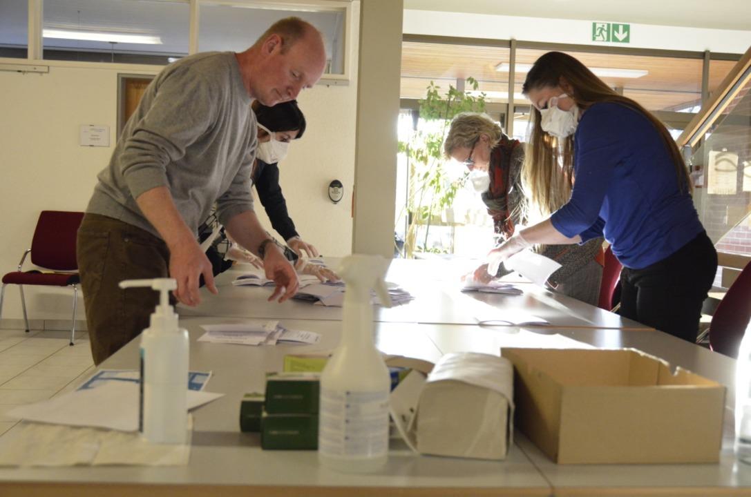 Die Auszählung der Wahlzettel im Kanderner Rathaus.    Foto: Moritz Lehmann