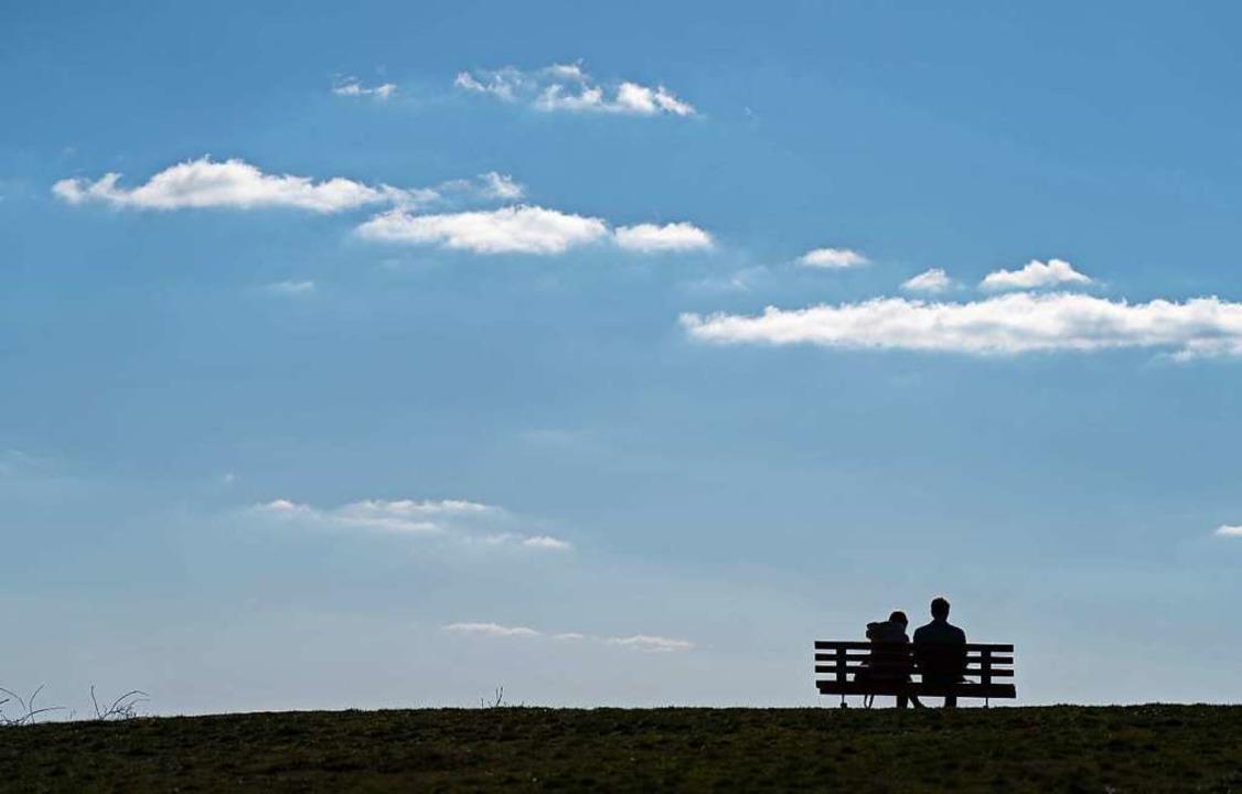 Zu zweit und mit viel Abstand zu ander...n ist das Rausgehen weiterhin erlaubt.  | Foto: Nicolas Armer (dpa)