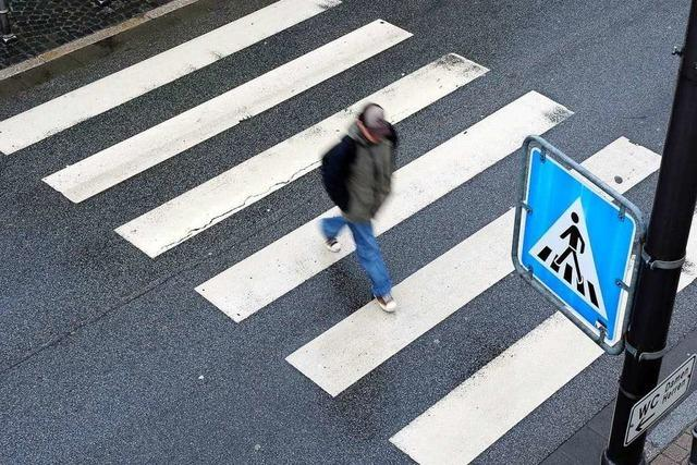 Fußgänger wird in Steinen auf dem Zebrastreifen angefahren