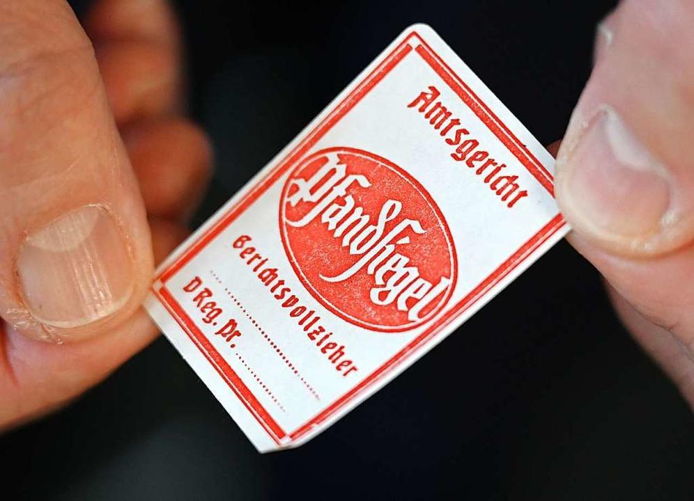 Zum Kuckuck: Das Pfandsiegel ist ein p...s nur noch äußerst selten zum Einsatz.    Foto: Arne Dedert (dpa)