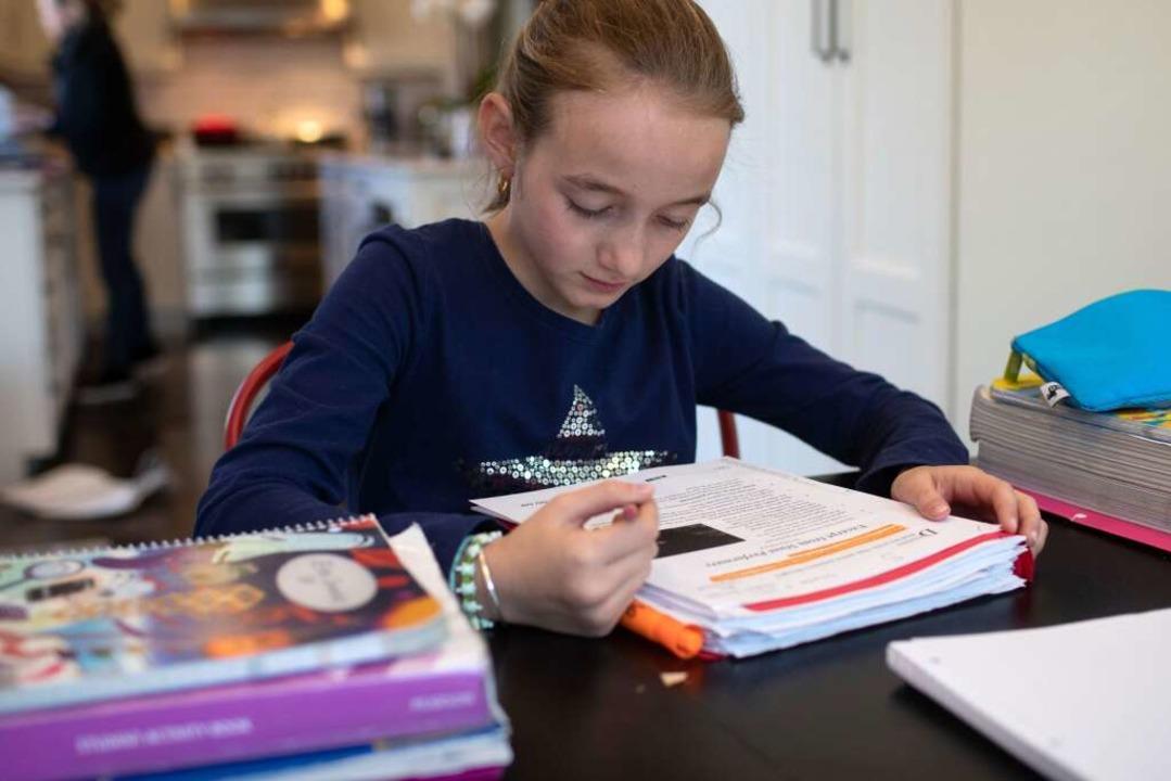 Kinder sollten zu festen Zeiten ihre Aufgaben erledigen.    Foto: JOHN MOORE (AFP)