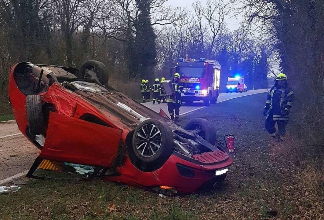 Das Fahrzeug überschlug sich und blieb... verletzt in ein Krankenhaus gebracht.  | Foto: Feuerwehr Neuenburg am Rhein
