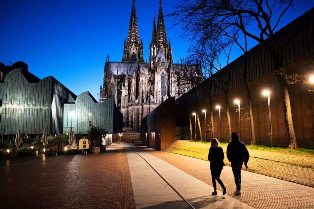 Zwei Menschen – wie hier in Köln... dürfen auch in Südbaden nach draußen.    Foto: Federico Gambarini (dpa)