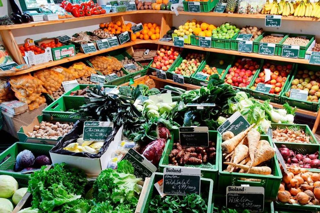 Obst und Gemüse, aber auch Brot und Fl...reiburger Ortsteil wohnt (Archivbild).  | Foto: Jens Büttner / dpa