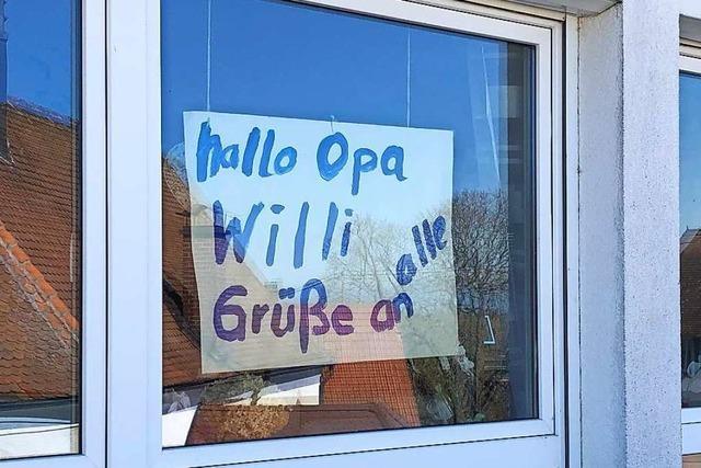 Mädchen aus Rheinweiler grüßt ihren Uropa per Plakat, weil sie ihn nicht besuchen kann