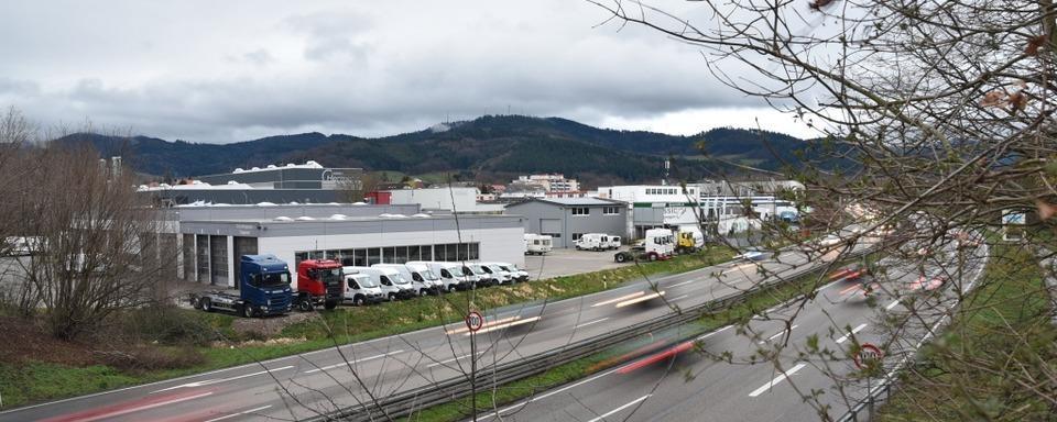 Audifahrer verliert Fahrzeugteile bei Unfall auf B 3 bei Denzlingen und flüchtet
