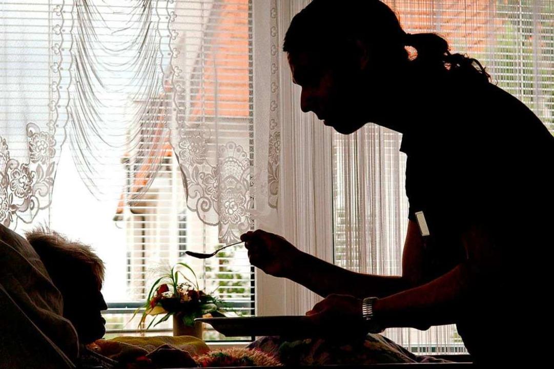 Mindestens 350.000 Bedürftige werden i...on Pflegerinnen aus Osteuropa betreut.    Foto: Patrick Pleul