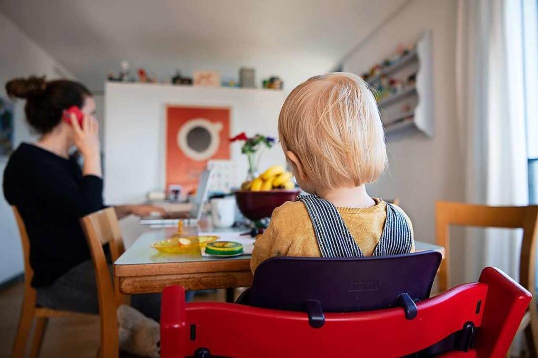 Home-Office und Kinderbetreuung: Viele... derzeit vor großen Herausforderungen.  | Foto: Christian Beutler (dpa)