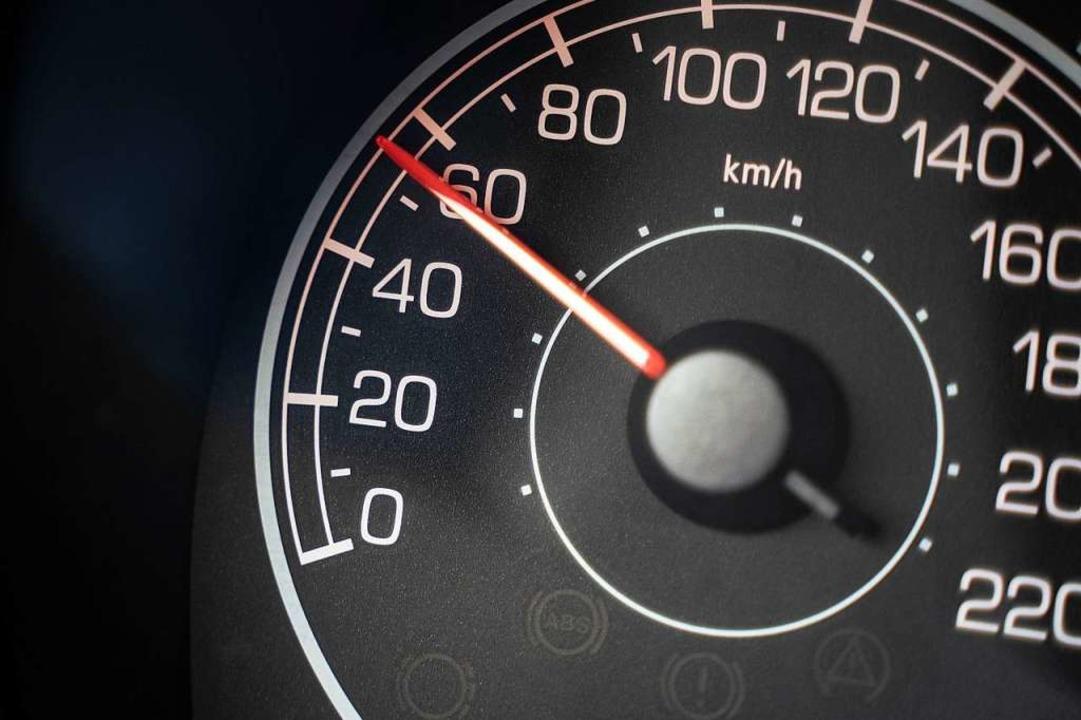 Künftig muss man noch genauer hinschauen, wie schnell man unterwegs ist.  | Foto: Frank Rumpenhorst (dpa)