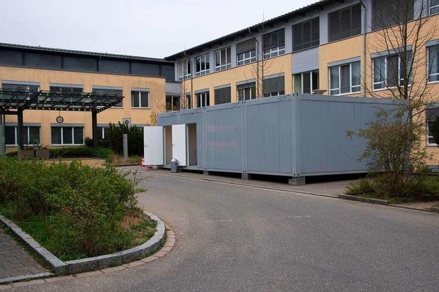 Firma aus Rheinfelden spendet Container an die Helios-Klinik in Müllheim