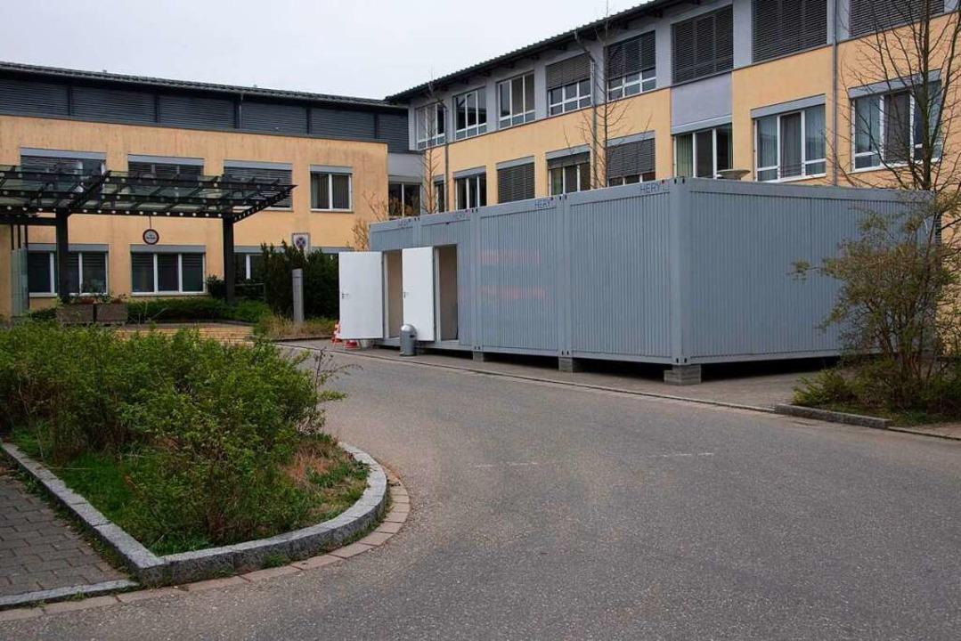 Seit dem Wochenende werden Patienten v...elios Klinik in Containern gesichtet.     Foto: Volker Münch